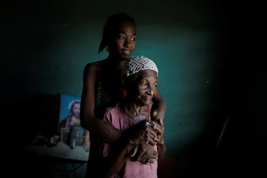 یکی از بیماران کلیوی با مادر بزرگش در ونزوئلا عکس گرفته و منتظر وصل شدن برق است، او می گوید: من باید ثروتمند متولد می شدم تا برای خودم کلیه بخرم، من دو روز دیالیز نکردم چون برق نبود