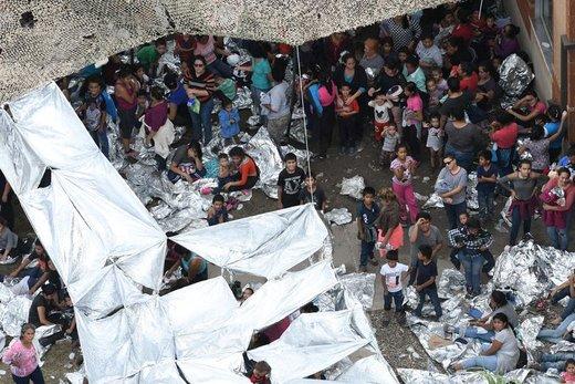 مهاجران در خارج از ایستگاه گشت مرزی مکآلن در شهر مکآلن ایالت تگزاس دیده میشوند