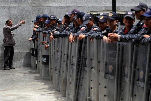 ماموران پلیس ونزوئلا در نزدیکی ساختمان مجلس ملی در شهر کاراکاس ایستادهاند