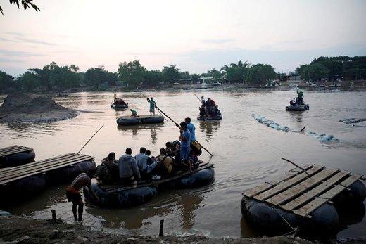 عبور مهاجران کوبایی از رودخانه سوچیاته مکزیک