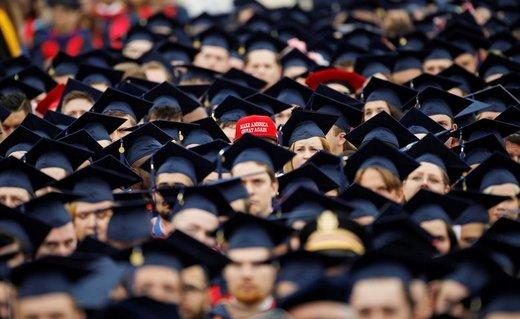 یک فارغالتحصیل دانشگاه لیبرتی در جشن  فارغالتحصیلیاش کلاه بازسازی آمریکای بزرگ را در شهر لینچبرگ ایالت ویرجینیا بر سرش گذاشته است