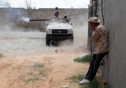 شلیک با  توپ 105 میلیمتری توسط جنگجوی وفادار به دولت لیبی در خارج از شهر طرابلس