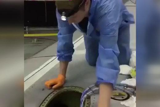 فیلم | تکنسینها اینگونه وارد بال هواپیما میشوند