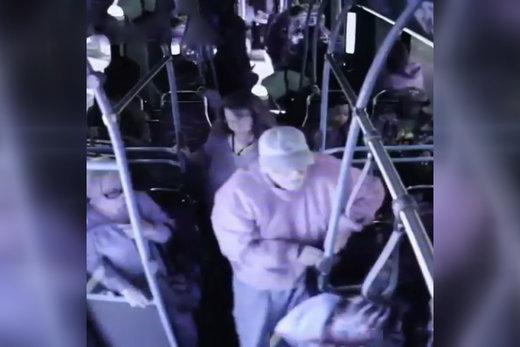 فیلم   اقدام وحشیانه زن ۲۵ ساله در اتوبوس، جان پیرمرد را گرفت!