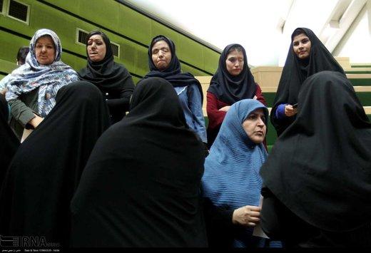 قربانیان اسیدپاشی امروز به صحن علنی مجلس رفتند/عکس