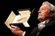 فیلم | نخل افتخاری «کن» در دستان «آلن دلون» ۸۳ ساله