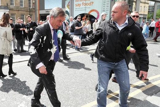 فیلم | پاشیدن شیر موز روی کاندیدای پارلمان اروپا در نیوکاسل