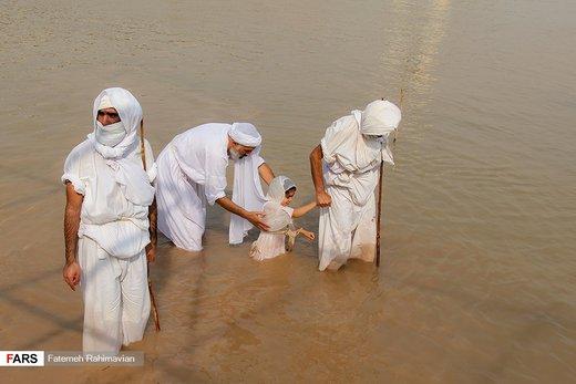 مراسم تعمید مَنْدائیان در ساحل کارون
