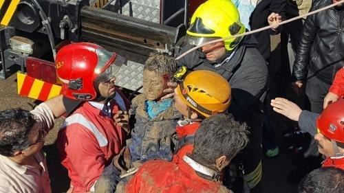 چند کارگر در چاه فاضلاب یک مرکز درمانی گرفتار شدند و یک نفر فوت کرد