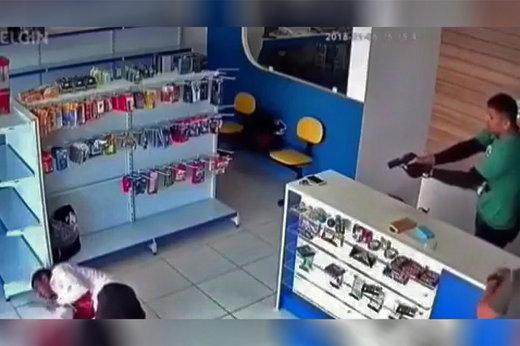 فیلم   لحظه شلیک به سارق مسلح قبل از اقدام به سرقت!