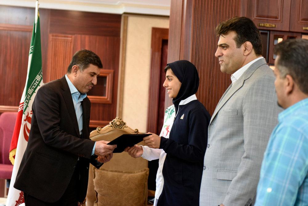 5196342 - دیدار استاندار البرز با بانوی نقره ای تکواندو جهان
