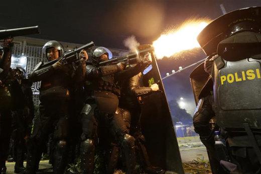 فیلم | حمله پلیس به معترضان انتخاباتی در جاکارتا