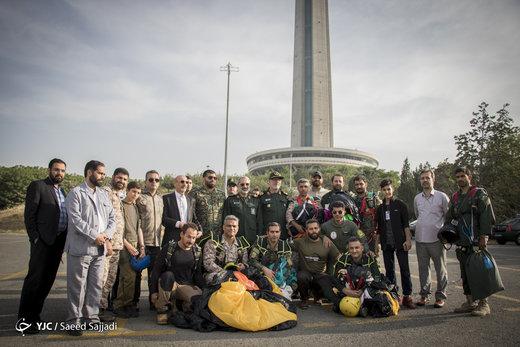 پرش چتربازان نیروهای مسلح از برج میلاد