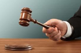عجیبترین مجازاتهای جایگزین حبس/ در دست گرفتن تابلو «من یک احمقم»