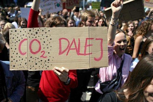 راهپیمایی در اعتراض به تغییرات آب و هوایی در شهر ورشو لهستان