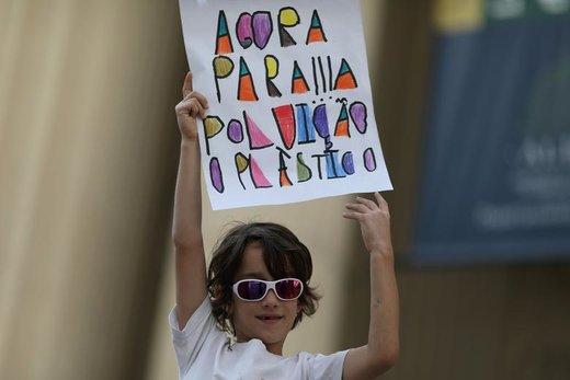 راهپیمایی در اعتراض به تغییرات آب و هوایی در شهر ریو دو ژانیرو برزیل