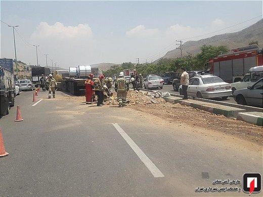 تصادف تریلی کمر شکن با کامیون حمل روغن در بزرگراه شهید یاسینی