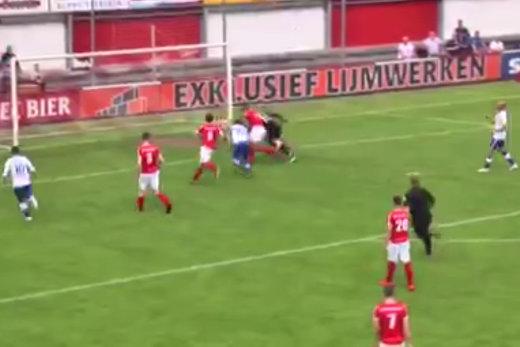 فیلم   گلزنی داور فوتبال در لیگ هلند