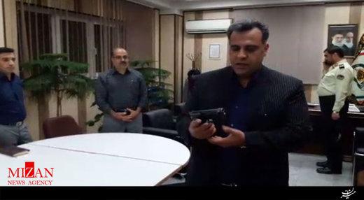 واکنش یک وکیل دادگستری به نمایش اسلحه نجفی توسط خبرنگار/ عکس