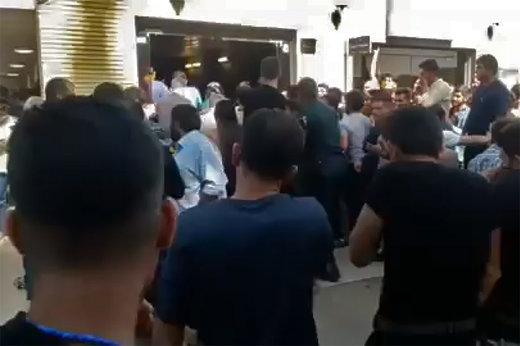 فیلم   حمله به هواداران پرسپولیس با اسپری فلفل در اصفهان