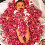 در این آیین عجیب ایرانی، نوزادان را در گل غرق میکنند! +تصاویر
