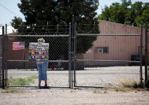 اعتراض یک زن به مهاجران در خارج از مرکز پناهجویان در شهر دمینگ ایالت نیومکزیکو آمریکا