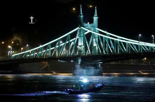 یک قایق نجات بعد از واژگونی قایق توریستی در رودخانه دانوب شهر بوداپست مجارستان دیده میشود،  در این حادثه 7 نفر کشته و دستکم ۲۱ نفر دیگر مفقود شدند