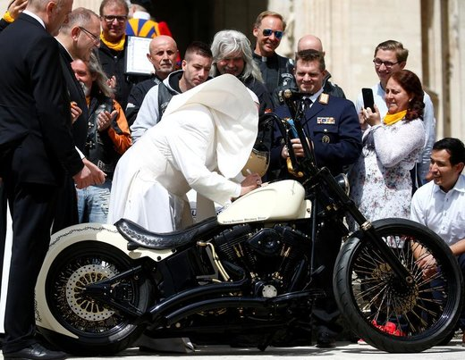 پاپ فرانسیس موتورسیکلت هارلی دیویدسون را در واتیکان امضا میکند