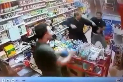 فیلم | رقص و پایکوبی هوادار پرسپولیس در یک سوپرمارکت