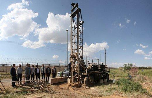 حفر اولین چاه گمانه به منظور پایش آبهای زیرزمینی در دشت شازند در پالایشگاه امام خمینی