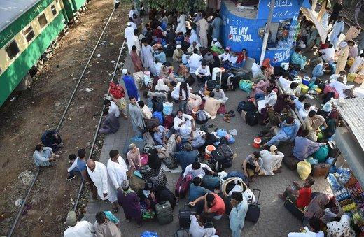 مردم در شهر کراچی پاکستان منتظر قطار هستند تا به خانههایشان بازگردند و عید فطر را در کنار خانوادههایشان بگذرانند