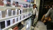 قیمت گوشی موبایل بالا رفت/ حداقل ۳۰۰.۰۰۰ تومان