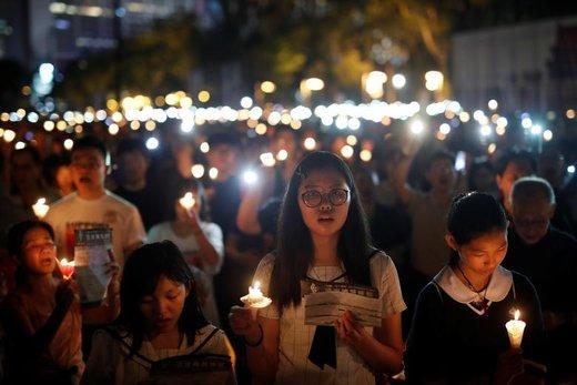 دهها هزار نفر برای یادبود سیامین سالگرد قربانیان تیانانمن در هنگ کنگ به خیابانها آمدند، آنها با روشن کردن شمع یاد قربانیان سرکوب معترضان در پکن را گرامی داشتند