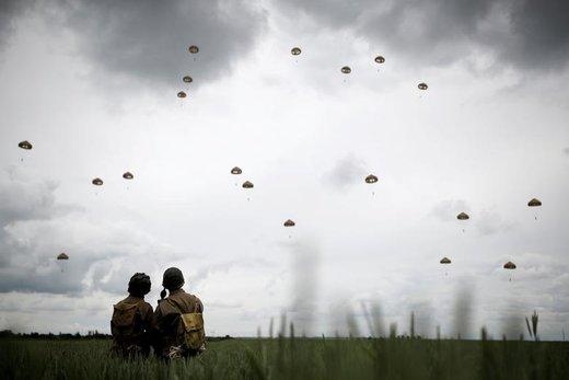 چتربازان در هفتاد و پنجمین سالگرد آغاز حمله متفقین برای شکست آلمان نازی در ساحل نورماندی فرانسه