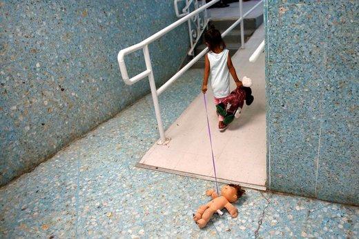 یک کودک مهاجر آمریکای مرکزی در مرکز پناهندگان سانفرانسیسکو بازی می کند