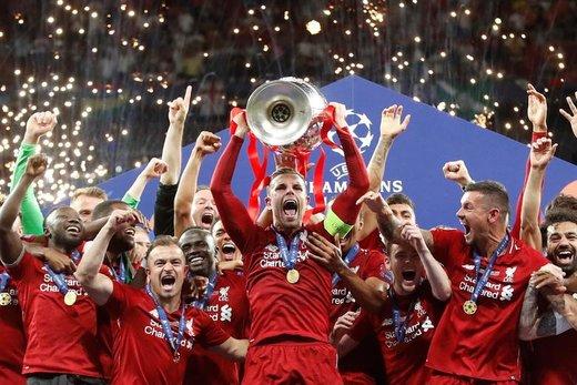 جوردن هندرسون با هم گروهیهایش از تیم لیورپول پیروزیشان را در برابر تیم تاتنهام هاتسپر در لیگ قهرمانان فوتبال اروپا در شهر مادرید اسپانیا جشن میگیرند