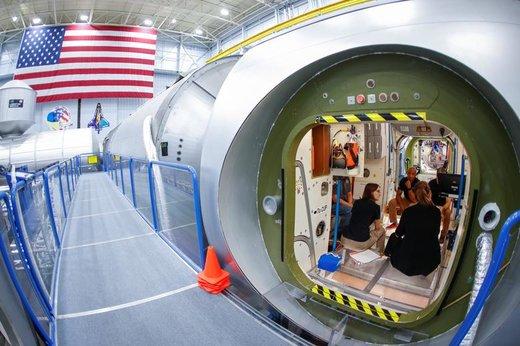 مایکل هاپکینز و ویکتور گلوور در مرکز فضایی جانسون در  شهر هیوستون ایالت تگزاس