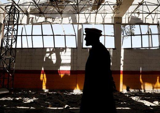 مرد افغانی شیشههای شکسته شده ناشی از حمله انتحاری در کابل را بررسی میکند، چهار شهروند غیرنظامی افغانستان بر اثر انفجار یک دستگاه خودروی بمبگذاری شده در شرق کابل، پایتخت افغانستان، صبح روز جمعه، ۳۱ ماه مه، کشته و چهار آمریکایی زخمی شدند