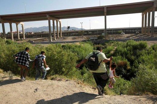 مهاجران از مرزهای ریو براوو به صورت غیرقانونی به آمریکا میروند تا در شهر الپاسو ایالت تگزاس آمریکا درخواست پناهندگی کنند