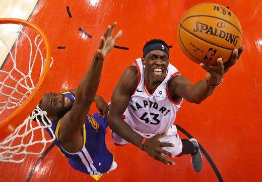 پاسکال سیاکام از تیم تورنتو رپترز در رقابت با گلدن استیت در فینال رقابتهای NBA آمریکا توپ را به داخل سبد انداخت