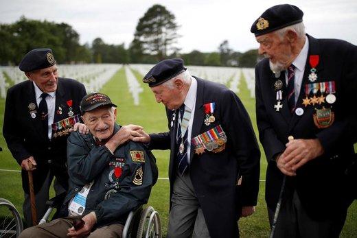 کهنه سربازان جنگ جهانی دوم در هفتاد و پنجمین سالگرد آغاز حمله متفقین برای شکست آلمان نازی که در ساحل نورماندی فرانسه جشن گرفته شد