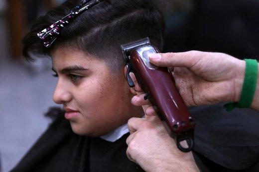 آماده شدن یک پسر نوجوان برای جشن عید فطر در شهر کربلا عراق