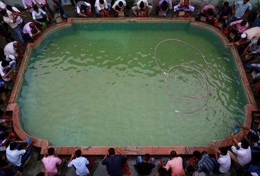 وضو گرفتن مسلمانان برای اقامه عید فطر در شهر کاتماندو نپال