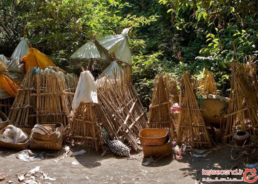5204947 - گورستانی با قبرهای سرگشاده در بالی