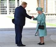 رفیق بازی ترامپ با ملکه/ عکس
