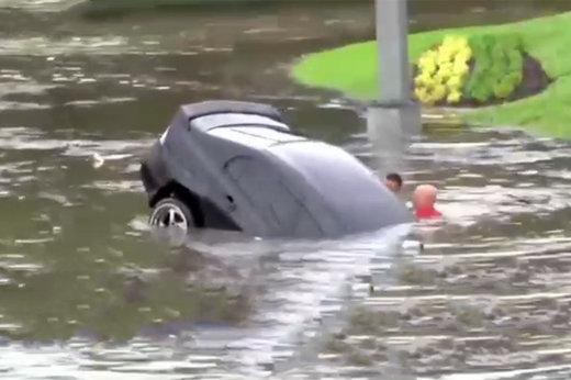 فیلم | نجات شجاعانه یک راننده از خودروی غرقشده در سیل