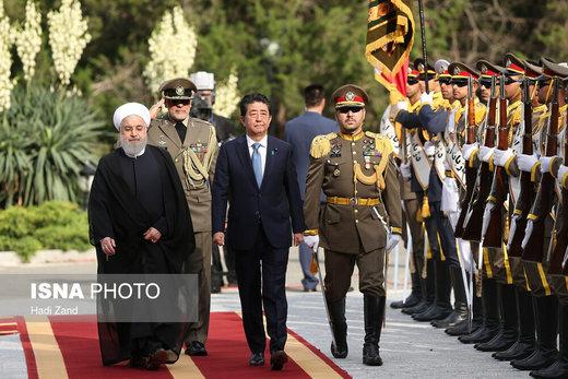 تصویری از استقبال رسمی روحانی از نخستوزیر ژاپن/ آغاز مذاکرات دوجانبه روسای جمهور ۲ کشور
