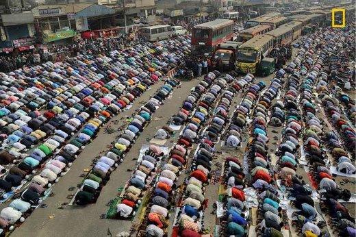 نماز خواندن مردم در خیابانی در شهر داکا بنگلادش، برنده سوم مسابقه عکاسی نشنال جئوگرافیک ۲۰۱۹ در بخش شهرها