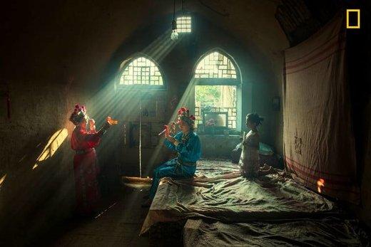 اجرای اپرا در لیچنگ چین، برنده اول مسابقه عکاسی نشنال جئوگرافیک ۲۰۱۹ در بخش مردم