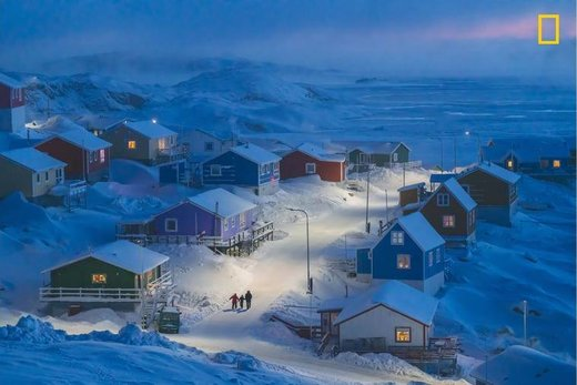 زمستان در روستای ماهیگیری Upernavik» گرینلند عکس برنده امسال نشنال جئوگرافیک ۲۰۱۹ و برنده اول در بخش شهرها